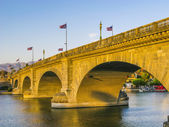 London Bridge in Lake Havasu, old old historic London Bridge in America — Stock Photo