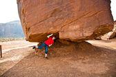 Monument valley, kind heeft plezier door simulatings om te dragen een grote roc — Stockfoto