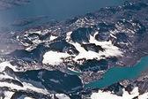 Vogels uitzicht vanaf het vliegtuig naar de gletsjers en bergen van de een — Stockfoto