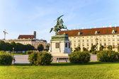 Paard en ruiter standbeeld van aartshertog karl in wenen — Stockfoto