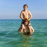 hermanos están disfrutando el agua clara caliente en el océano y jugar — Foto de Stock