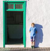 Chico guapo apoyado en la pared y arrojando una sombra graciosa — Foto de Stock