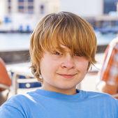 Portret zewnątrz zrelaksowany ładny chłopiec — Zdjęcie stockowe