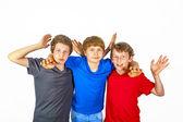 Drie gelukkig vreugdevolle vrienden in blauw, rood en zwart — Stockfoto