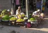 Homem vendendo legumes no bazar de chawri em delhi, índia — Fotografia Stock