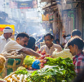 Man sells bananas at the old vegetable street market in Delhi — Stock Photo