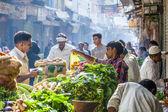 Man sells bananas at the old vegetable street market in Delhi — Stock Photo