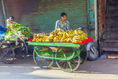 Man sells bananas at the old vegetable street market in Delhi — Foto Stock