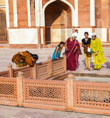 Indian tourists pose for a photo at Humayuns tomb — Stock Photo