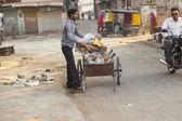法院类的印度裔男子清洗街道 — 图库照片