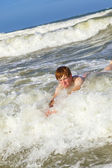 Child has fun in the waves — Stock Photo