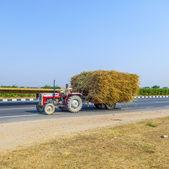 Transport paille avec tracteur sur une route de campagne — Photo