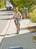 Jongen heeft leuke scating op een paveway — Stockfoto