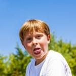 Happy smiling boy enjoys life under blue sky — Stock Photo #19020075