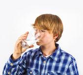 Eau potable garçon un verre — Photo
