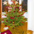 Decorated Christmas tree at home — Stockfoto
