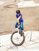 Chlapec jezdit na kole na skateparku — Stock fotografie