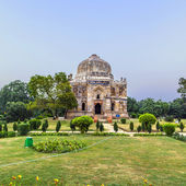 Lodi Gardens. Islamic Tomb (Bara Gumbad) set in landscaped garde — Stock Photo