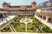 Beautiful gardens in Amer Fort, Jaipur, India — Stock Photo