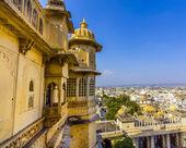 Blick zur alten stadt von udaipur vom kumbhalgarh fort — Stockfoto