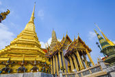 Famous temple Phra Sri Ratana Chedi covered with foil gold — Stock Photo