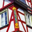 Old town of wetzlar with timbered houses and carvings in the woo - 图库照片