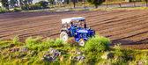 Trattore aratri del campo — Foto Stock
