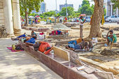 Construction workers relax at the Connaught Place — Stock Photo