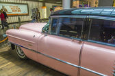 Pink cadillac 1956 à l'aéroport — Photo