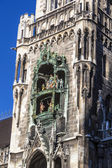 City hall of Munich at the Marienplatz with figures at the Glockenspiel — Stock Photo
