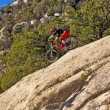 Downhill bike rider rides down the mount Lemmon — Stockfoto