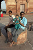 Father with his children rests on courtyard of Jama Masjid Mosqu — Stock Photo