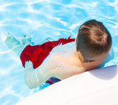 Söt vacker tonårspojke vilar poolen — Stockfoto