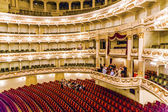 ópera semper de dentro com turistas — Foto Stock
