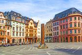 Vecchi edifici con belle facciate nella piazza del mercato a mai — Foto Stock