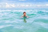 Ragazzo adolescente gode di nuotare nell'oceano — Foto Stock