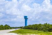 Torre de água azul pintado — Fotografia Stock