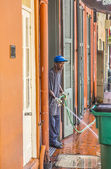 Man cleans the walkway in the morning in New Orleans — Stock Photo