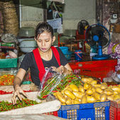 Women sells fresh potatoes at the morning market Pak Khlong Thal — Stock Photo