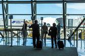 Passagerare vänta för ombordstigning på miami internationella flygplats — Stockfoto