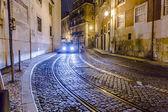 Streetcar skenor i den gamla delen av lissabon nattetid — Stockfoto