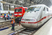 Worker cleans the front windshield of a highspeed train — Stock Photo