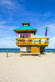 Sunny isles beach protected by lifeguards in famous huts — Stock Photo