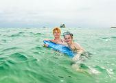 Mladý chlapec a jeho matka se těší na moře — Stock fotografie