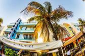 Blick auf den Ocean Drive mit Kolonie Hotel in Miami im Art-deco — Stockfoto
