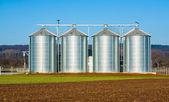 Srebrny silosów w wiejski krajobraz — Zdjęcie stockowe
