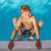 молодой мальчик в бассейне — Стоковое фото