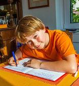 Niño prepara su tarea para la escuela — Foto de Stock