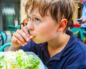 Niño está comiendo un helado — Foto de Stock