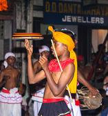 Jongleur beteiligt sich das festival pera hera in kandy — Stockfoto